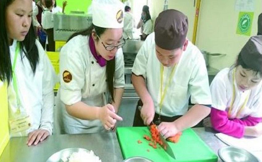 臺觀師生帶領谷若思小廚師開心學做菜